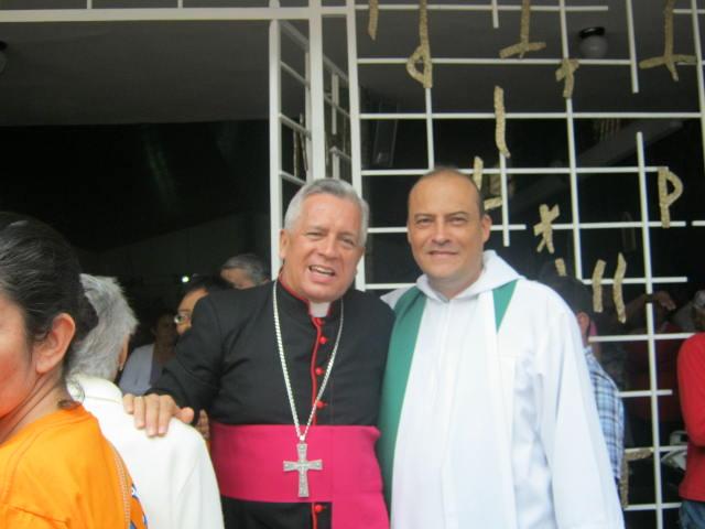 Monseñor Darío de Jesús Monsalve saluda al padre Miguel David García, nuevo párroco en Dapa.