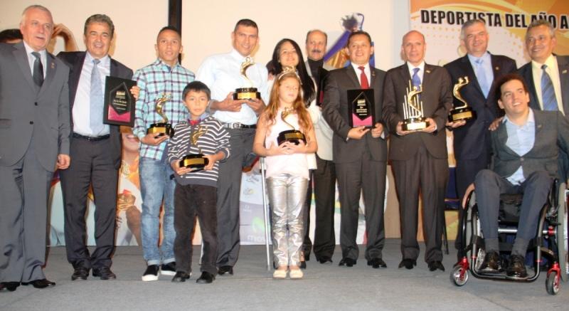 Los galardonados por ACOD. Entre ellos el yumbeño Luis Javier Mosquera, al lado del técnico Jorge Luis Pinto. Foto Federación Colombiana de Ciclismo.